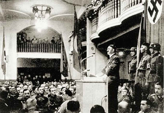 Hitler_addressing_Beer_Hall Nov 1921